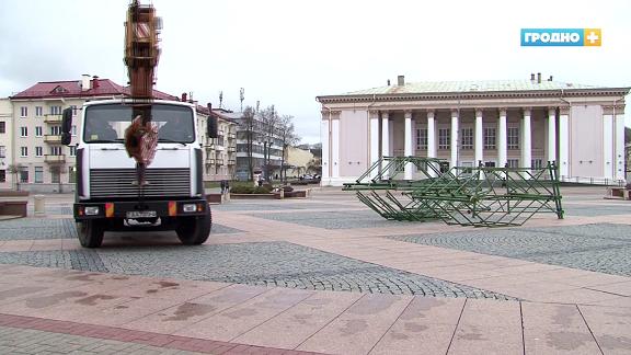 В Гродно уже начали устанавливать новогоднюю елку