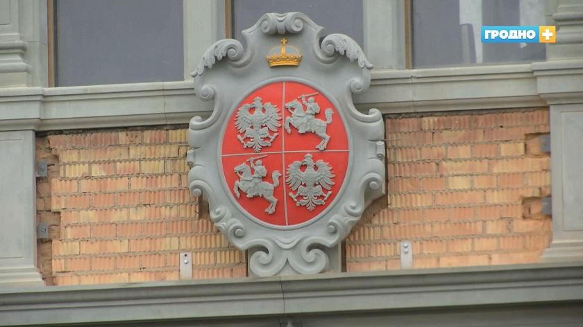 Над входом в Старый замок установлен герб Речи Посполитой