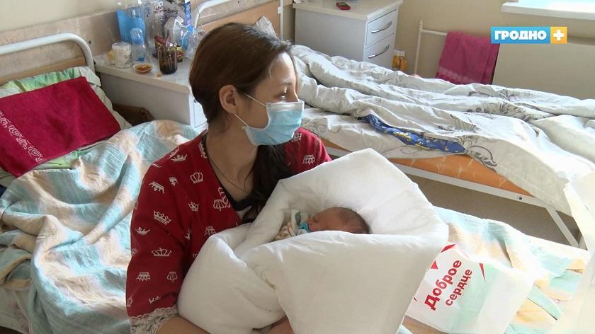 В Гродно поздравили женщин, у которых родились дети во время рождественских праздников